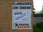 Spot am Wahlplakat: Blöd so alleine auf der riesigen Plakatwand...